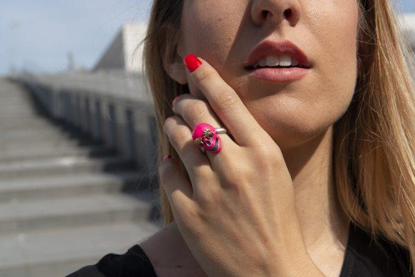 Divina Skull anello teschio rosa fluo era