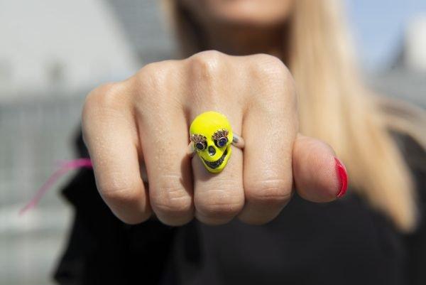 Divina Skull anello teschio giallo fluo mithra