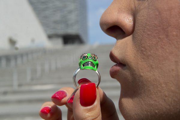 Divina Skull anello teschio verde fluo thalia