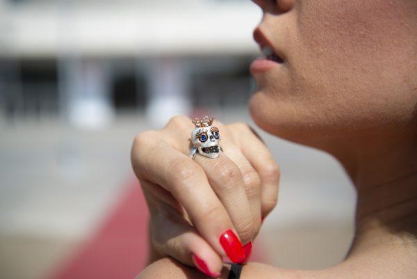 Divina Skull anello teschio corona bianco perla kinga