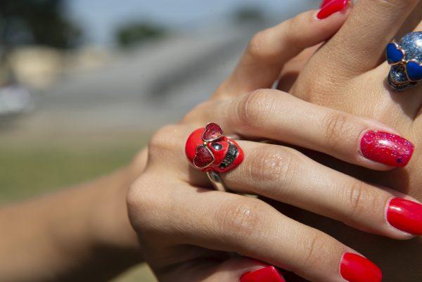Divina Skull anello teschio occhi cuore aine rosso